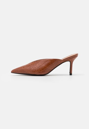 POINTY VCUT MULES