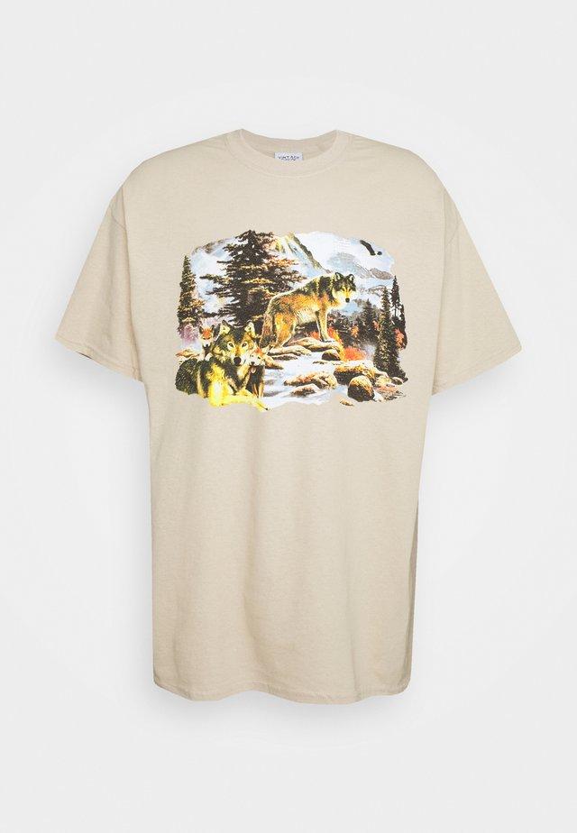 VINTAGE WOLVES GRAPHIC - T-shirts med print - sand
