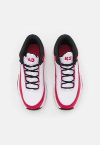Jordan - MAX AURA 3 UNISEX - Chaussures de basket - white/very berry/black - 3