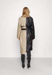 DESIGNERS REMIX - MARIE COAT - Trenchcoat - black/sand - 2
