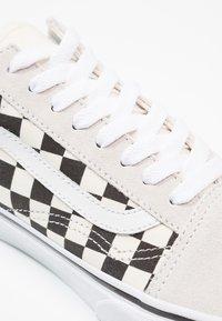 Vans - UA OLD SKOOL - Sneakersy niskie - white/black - 5