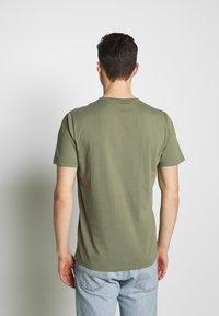 NN07 - ETHAN PRINT TEE  - Basic T-shirt - thyme - 2