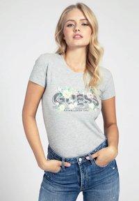 Guess - LOGO GLITTER - T-shirt con stampa - grigio multi - 0