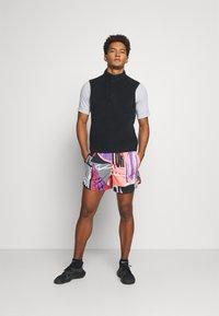 Nike Performance - STRIDE SHORT - Pantalón corto de deporte - bright mango - 1