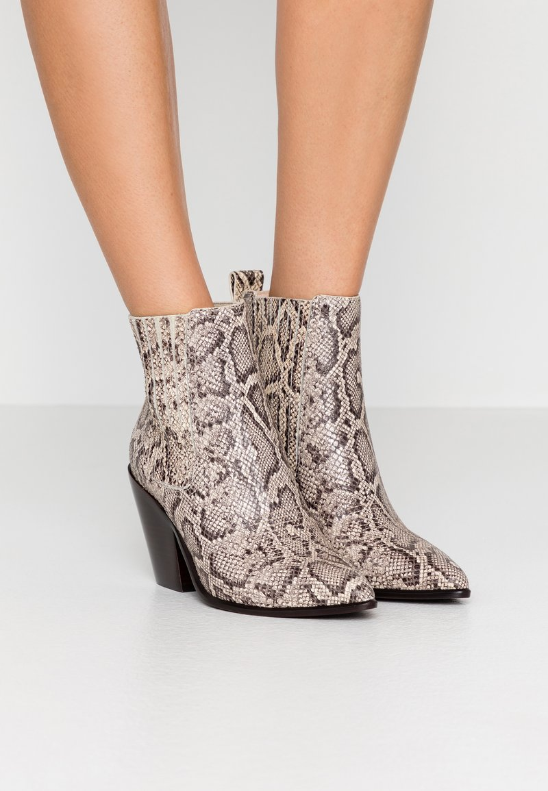 Loeffler Randall - KALI WESTERN BOOTIE - High heeled ankle boots - dune