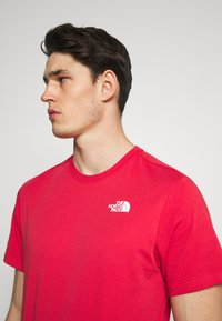 The North Face - REDBOX TEE - T-shirt con stampa - rococco red - 3