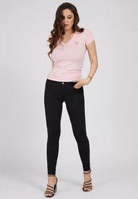 Guess - MINI TRIANGLE - T-shirt print - rose - 0
