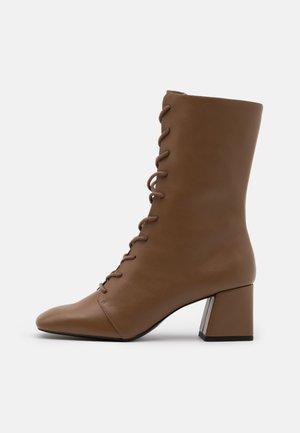 VEGAN THELMA BOOT - Lace-up boots - tan
