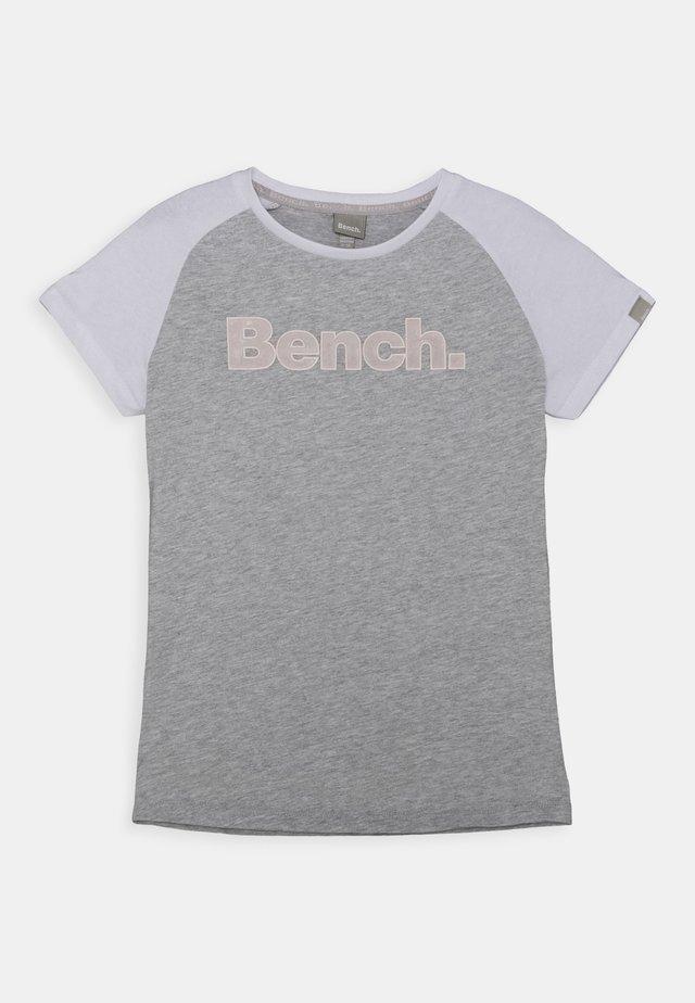 NICOLINA - T-shirt med print - grey