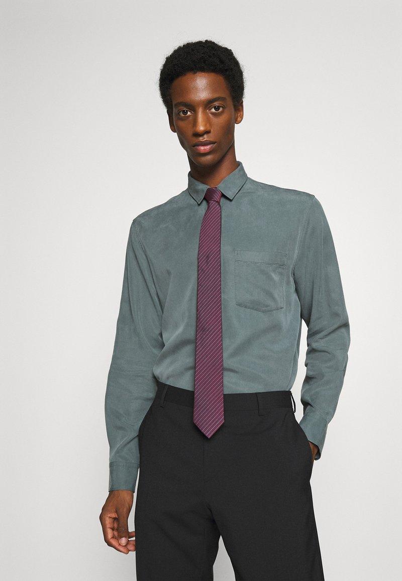 Calvin Klein - FINE SUIT STRIPE TIE - Tie - burgundy