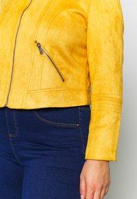 Vero Moda Curve - VMSUMMERSIV SHORT - Imiteret læderjakke - amber gold - 7