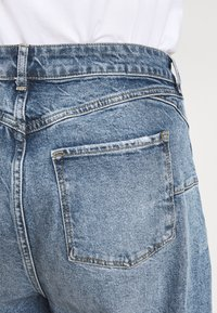 New Look Curves - WAISTENHANCEMOM - Straight leg jeans - mid blue