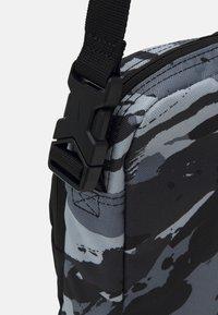 Nike Sportswear - HERITAGE UNISEX - Taška spříčným popruhem - black/white - 3