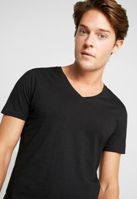TOM TAILOR DENIM - 2 PACK - Basic T-shirt - black - 3