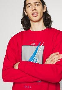 Newport Bay Sailing Club - GRAPHIC - Sweatshirt - red - 5