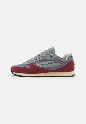 IDUNA UNISEX - Sneakersy niskie - wine/grey