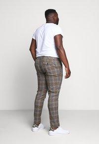 Topman - HERI CHECK - Pantalon de costume - brown - 2