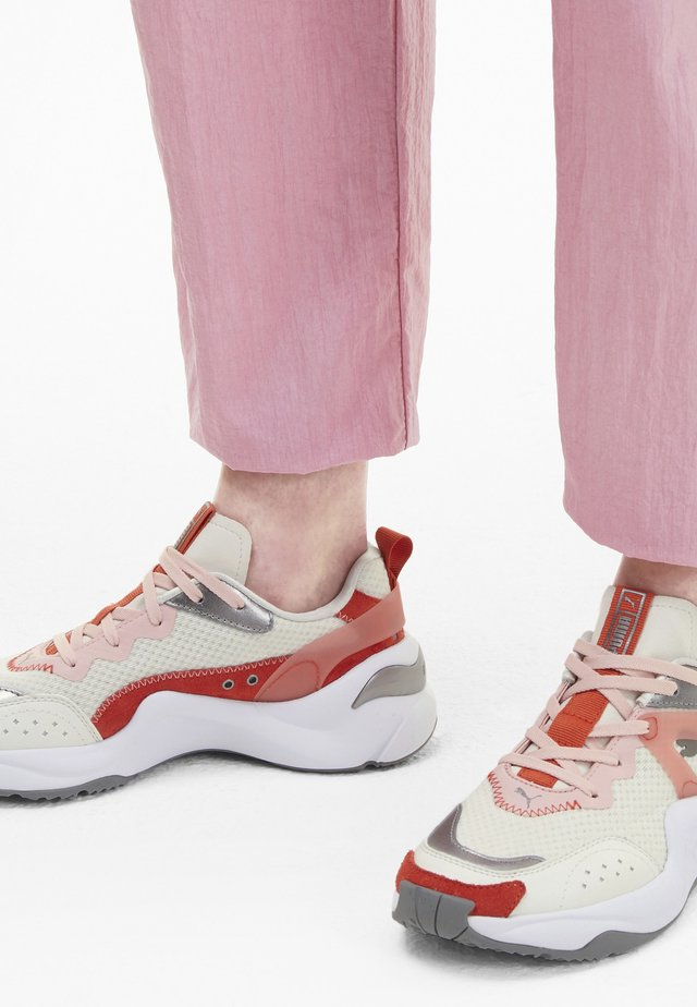 Sports shoes - vaporous gray-paprika