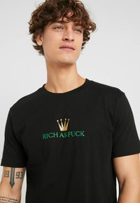Mister Tee - RICH AS FUCK TEE - T-shirt med print - black - 3