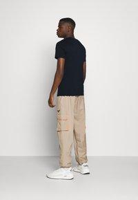 Jack & Jones - JJELOGO TEE - Print T-shirt - navy blazer - 2