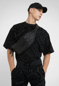 Versace Jeans Couture - BAROQUE  - T-shirt imprimé - black - 4