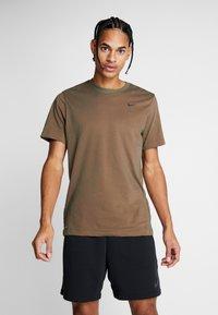 Nike Performance - DRY TEE CREW SOLID - Basic T-shirt - cargo khaki/team orange/black - 0