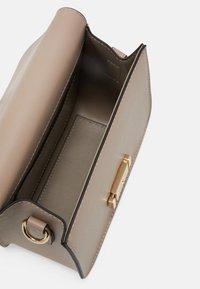 Seidenfelt - TROSA - Across body bag - light taupe - 2