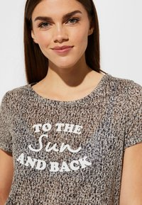 comma casual identity - MIT STATEMENT-PRINT - Print T-shirt - dark khaki - 3