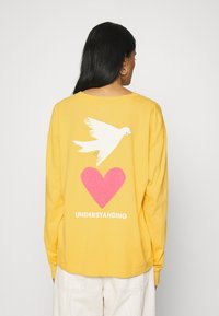 Levi's® - GRAPHIC OVERSIZE TEE - Long sleeved top - dark yellow - 2