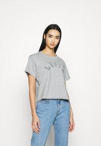 Levi's® - TONAL VARISTY LOGO - Camiseta estampada - smokestack heather - 0