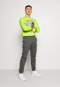 Nike Sportswear - CLUB PANT - Pantalon de survêtement - charcoal heathr/anthracite - 1