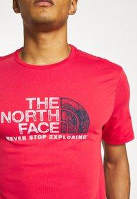 The North Face - RUST TEE  - Camiseta estampada - rococco red - 5