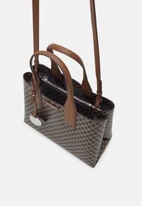 Emporio Armani - FRIDATOTE BAG - Handbag - brown/ecru/tobacco - 3
