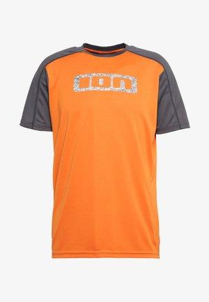 TEE TRAZE - Print T-shirt - riot orange