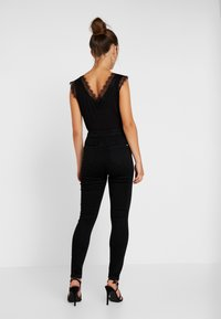 Missguided Petite - VICE HIGHWAISTED SLASH KNEE - Jeans Skinny Fit - black - 2