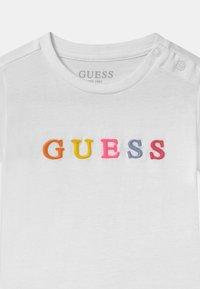 Guess - UNISEX  - Triko spotiskem - true white - 2