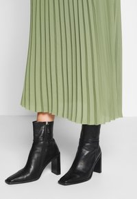 Selected Femme Tall - SLFJOSIE MIDI SKIRT - A-line skjørt - oil green - 4