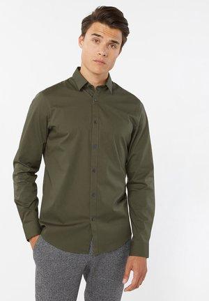 WE FASHION HERREN-SLIM-FIT-HEMD MIT STRETCHANTEIL - Overhemd - army green
