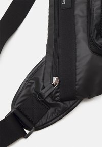 Calvin Klein Jeans - TRIANGLE SLING - Ledvinka - black - 4