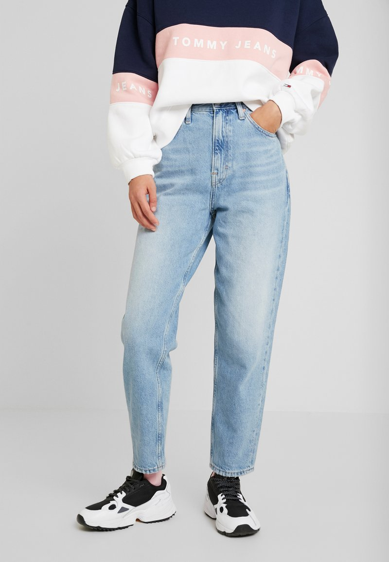 Tommy Jeans - MOM HIGH RISE TAPERED - Jean boyfriend - sunday light blue