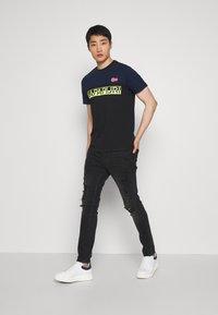 Napapijri - SARAS - T-shirt med print - black - 1