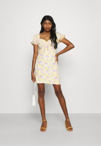 Glamorous - MAYA MINI DRESS WITH PUFF SHORT SLEEVES - Day dress - lemon lilac print - 1