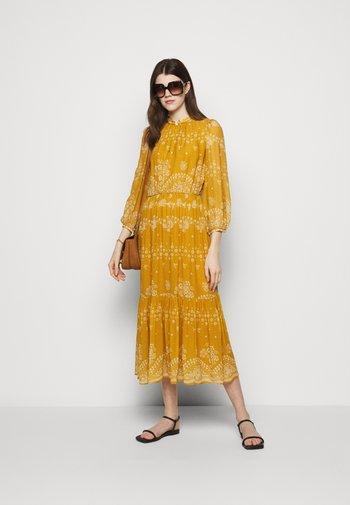 NOISETTE - Robe longue - orange