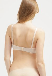Triumph - BODY MAKE-UP ESSENTIALS - Strapless BH - nude beige - 2