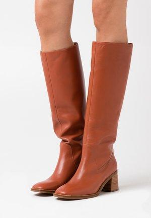 DORUNI - Boots - brique