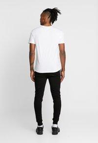CLOSURE London - CONTRAST CHECKE - Teplákové kalhoty - black - 2