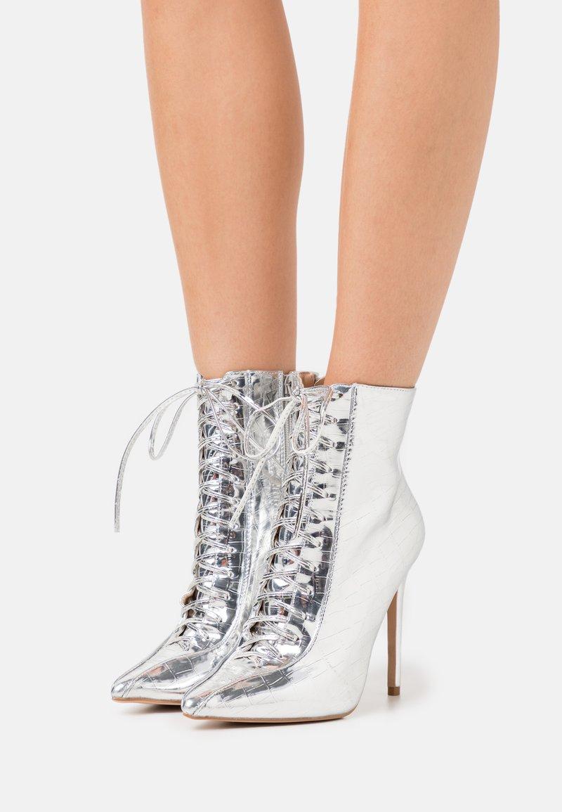BEBO - SAVIOUR - Kotníková obuv na vysokém podpatku - silver