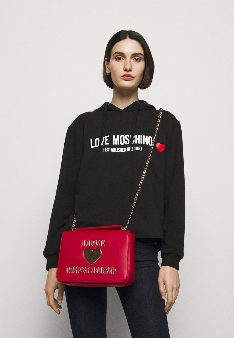 Love Moschino - Taška spříčným popruhem - rosso