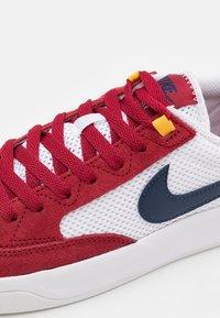 Nike SB - ADVERSARY UNISEX - Skate shoes - pomegranate/midnight navy/pollen/white/light brown - 5