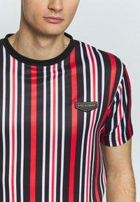 Supply & Demand - PIN VERTICAL STRIPE - T-shirt con stampa - black/red - 5